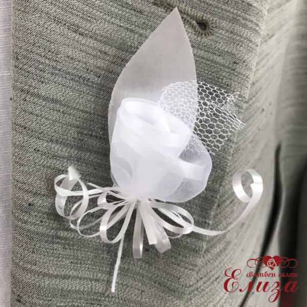 Бутониери в бяло от органзена розичка, панделка, тюл и листенце B3